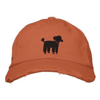 Logotipo negro del perro de caniche con el texto gorras de béisbol bordadas