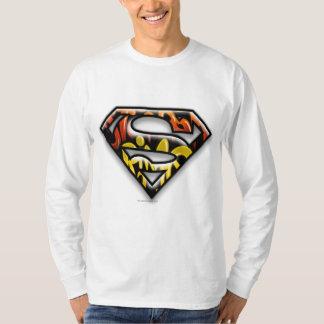 Logotipo negro del superhombre de la pintada del camisas