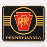 Logotipo, negro y oro del ferrocarril de Pennsylva Tapetes De Ratones