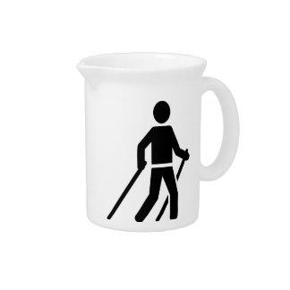 Logotipo que camina nórdico jarras para bebida
