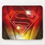 Logotipo rojo brillante del superhombre del esquem alfombrillas de ratón