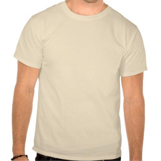Logotipo rojo en la camisa de color claro de su op