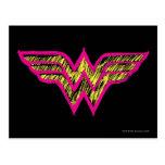 Logotipo rosado de la Mujer Maravilla y amarillo c Postal