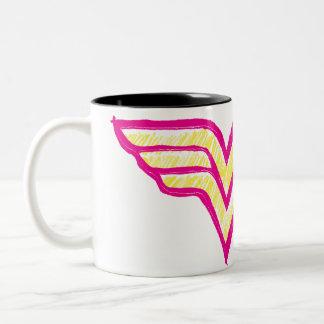 Logotipo rosado de la Mujer Maravilla y amarillo c Tazas De Café