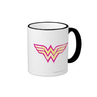 Logotipo rosado de la Mujer Maravilla y amarillo c Taza