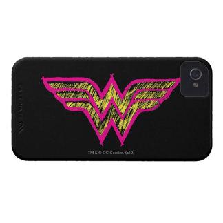 Logotipo rosado de la Mujer Maravilla y amarillo iPhone 4 Case-Mate Protectores