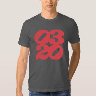logotipo threetwenty rojo en pizarra remera