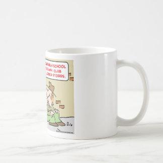 logro del joven del ordenador tazas de café