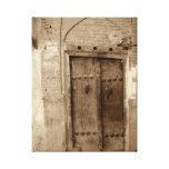 Lona envuelta puerta vieja lona estirada galerias