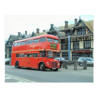 Londres, autobús de autobús de dos pisos viejo de  tarjeta postal