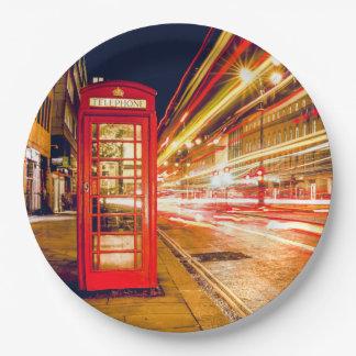 Londres en la noche con la cabina de teléfonos platos de papel