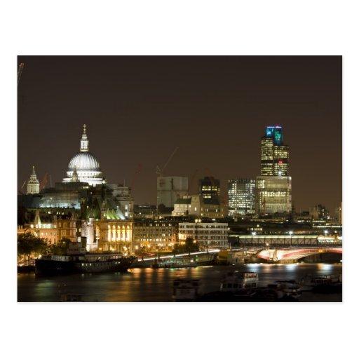 Londres, Inglaterra en la postal de la noche