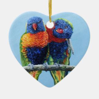 Lorikeets coloridos frescos del arco iris preening adorno de cerámica en forma de corazón