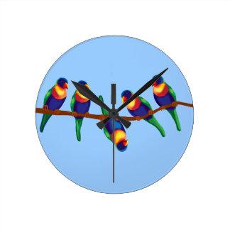 Lorikeets del arco iris en una rama reloj redondo mediano