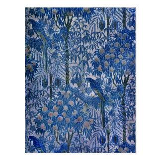 Loro azul en los árboles postal