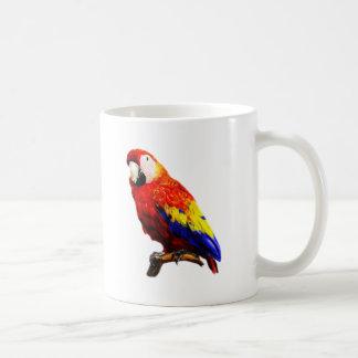 Loro del Macaw del escarlata en una rama Taza