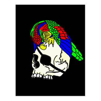 Loro en el cráneo del pirata con el fondo negro postal