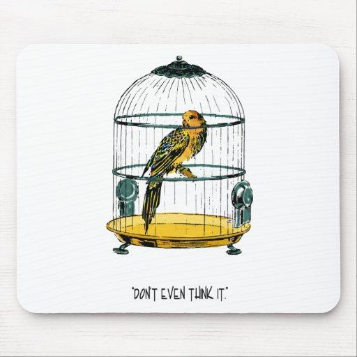 Loro en una cita dorada Mousepad de la jaula