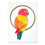 Loro tropical rojo y amarillo en anillo de oro invitación 12,7 x 17,8 cm