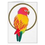 Loro tropical rojo y amarillo en anillo de oro tarjetas