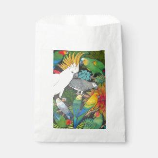 Loros tropicales en bolsos del favor de Bromeliads
