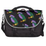 Loros verdes púrpuras en bolso negro del viajero d bolsa de ordenador