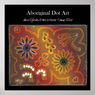 Los Aboriginals bailan cerca del fuego del campo Póster