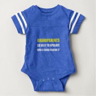 Los abuelos actúan mameluco de bebé