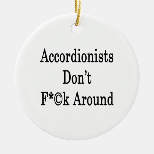 Los acordeonistas no cogen alrededor adorno redondo de cerámica