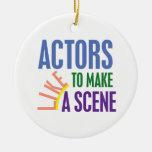 Los actores tienen gusto de hacer una escena adorno navideño redondo de cerámica