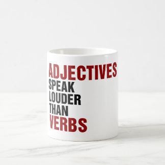 Los adjetivos hablan más ruidosamente que verbos taza de café