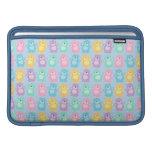 Los alegres osos bailarines de colores fondo azul fundas MacBook