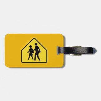 Los alumnos que cruzan, trafican la señal de pelig etiquetas para maletas