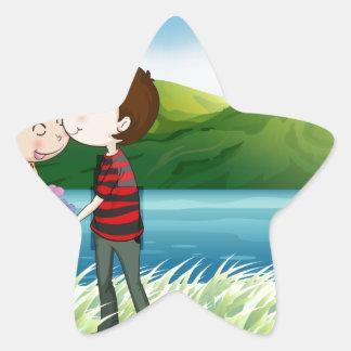 Los amantes acercan al río pegatina en forma de estrella