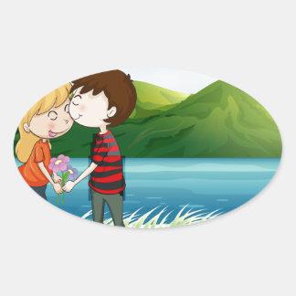Los amantes acercan al río pegatina ovalada
