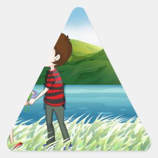 Los amantes acercan al río pegatina triangular