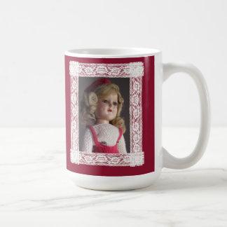Los amantes de la muñeca tienen taza del navidad