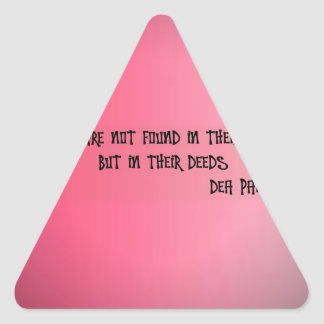 Los amigos están no en palabras sino en hechos pegatina triangular