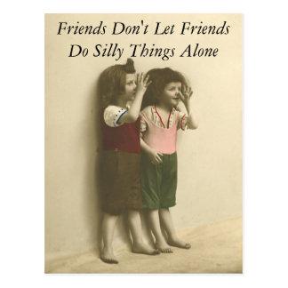Los amigos no dejan a amigos hacen cosas tontas postal