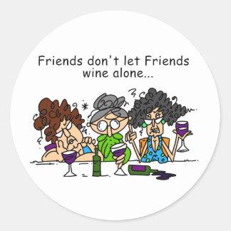 Los amigos no dejan el vino de los amigos pegatina redonda