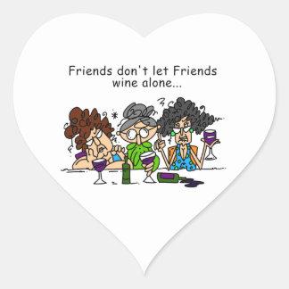 Los amigos no dejan el vino de los amigos pegatina en forma de corazón
