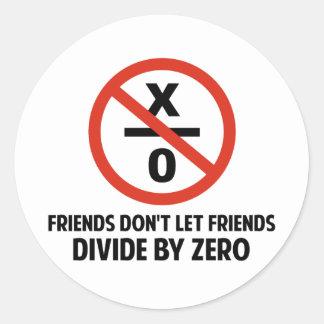 Los amigos no hacen Divide By Zero Pegatina Redonda