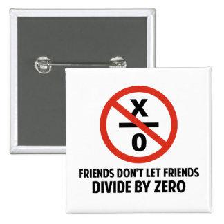 Los amigos no hacen Divide By Zero Pin Cuadrada 5 Cm