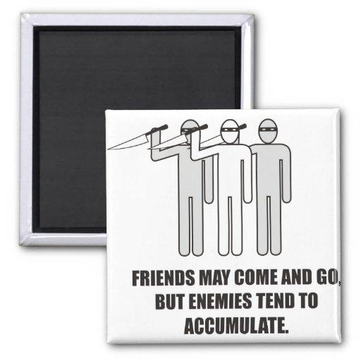Los amigos pueden venir e ir, pero los enemigos ac imán