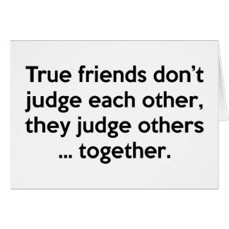 Los amigos verdaderos no hacen, ellos juzgan otros tarjeta de felicitación