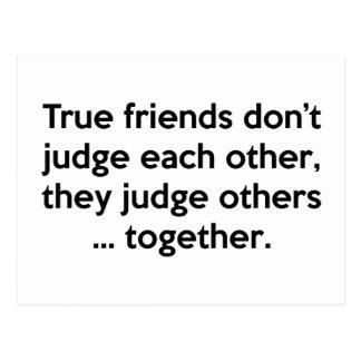 Los amigos verdaderos no hacen, ellos juzgan otros tarjeta postal