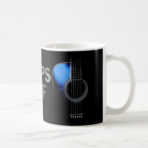 Los amperios de la guitarra acústica beben la taza