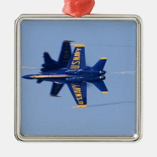 Los ángeles azules realizan el paso del filo adorno navideño cuadrado de metal