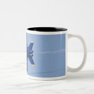 Los ángeles azules realizan el paso del filo duran taza dos tonos