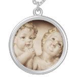 Los ángeles de la madre, el collar hermoso de las